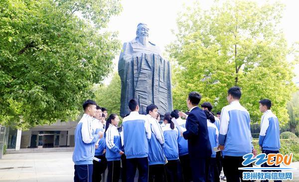 5刘老师让孩子们触摸铜像