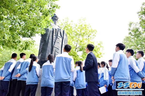 6师生共同瞻仰孔子雕像