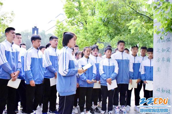 9学生一起吟咏诗经片段