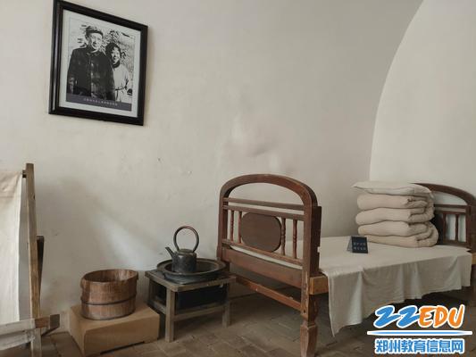 参观杨家岭革命旧址,感受老一辈无产阶级革命家在延安生活战斗的艰苦岁月_meitu_4