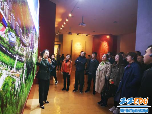 参观延安革命纪念馆,党员们认真聆听讲解员的介绍_meitu_3