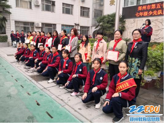 郑州57中党委书记、校长李宇红、兴华中学校长吕寻琛为中队辅导员颁发聘书