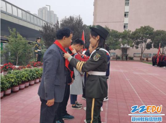 少先队员代表为中队辅导员带上红领巾