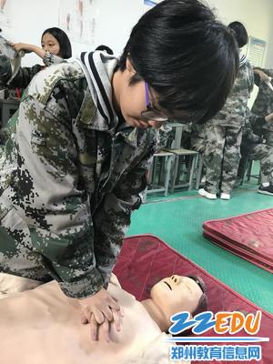 学生练习心肺复苏