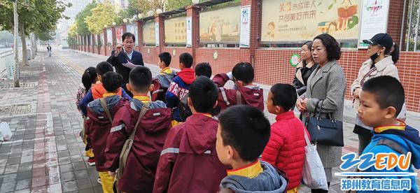 1.出征前,刘娜校长和家长为孩子们加油鼓劲