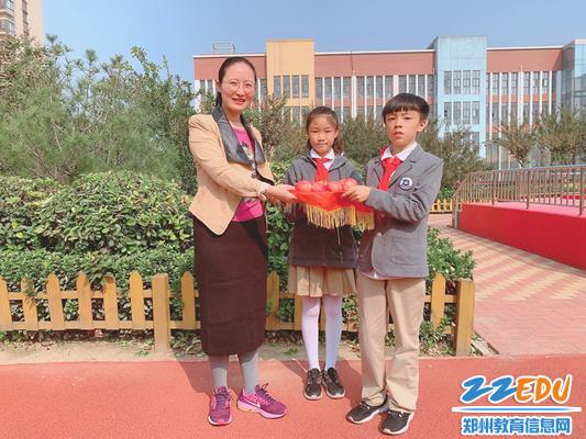 图4孩子们把石榴果赠送给老师_副本