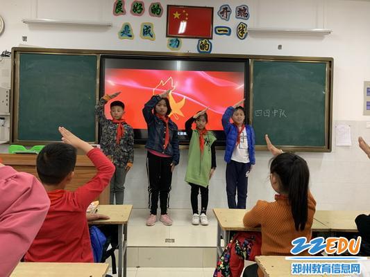 2019.1021南阳小学组织观看视频《致敬红领巾》3_调整大小