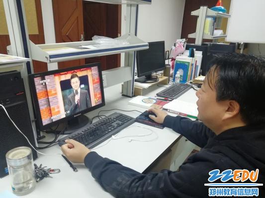 王松森老师在办公室观看《榜样4》专题节目