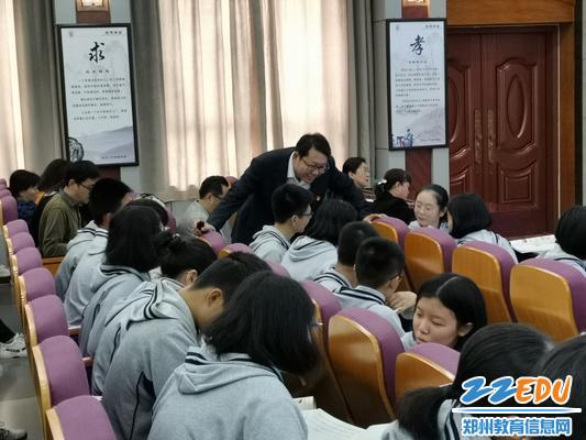 何振锋老师与学生精彩互动