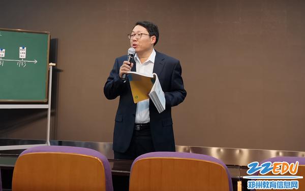 郑州八中英语老师何振锋进行课堂总结