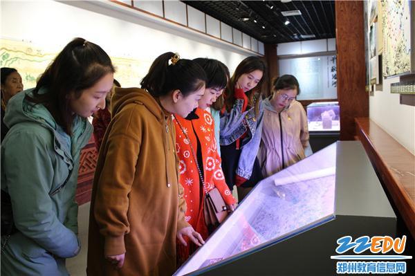 7.党员教师仔细观看黄河流域图