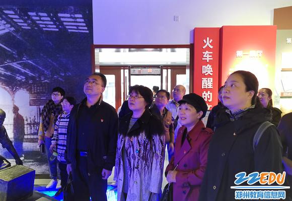 """常晋波书记、张永红校长带领党员们认真参观""""百年郑州""""展览,体味新中国70年的巨大变化"""