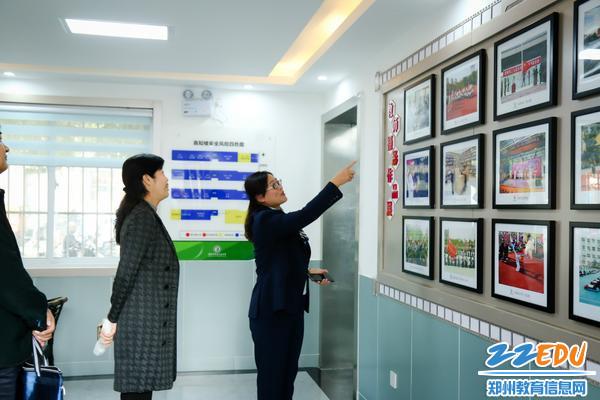 李宇红讲述教职工摄影展一幅幅照片背后的故事