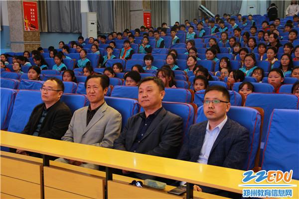 3学校领导与师生一同观看表演