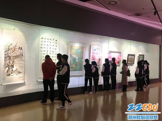 郑州24中美术班学生参观自己专业教师的作品