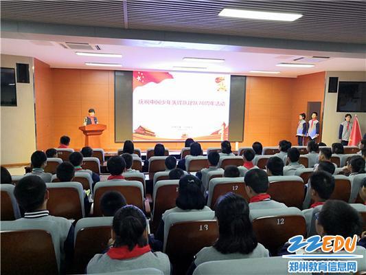 3.团委书记张慧民带领进行团队课学习