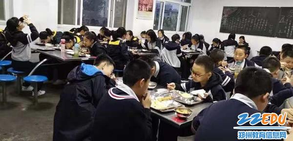 八年级学生安静就餐中