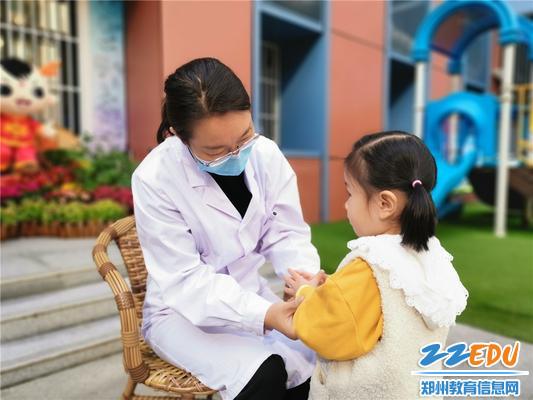 1.保健医生冯老师在给小朋友做晨检