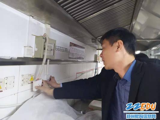检查食堂管线是否安全