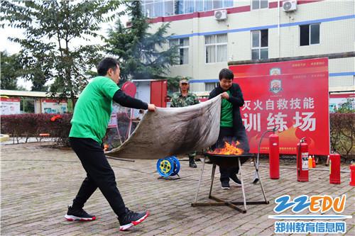 学员实际体验初期火灾应急处置