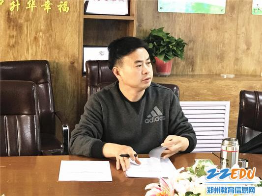 5郑州市教科所胡远明主任对重点课题进行指导