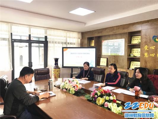 6郑州市教科所胡远明主任对重点课题进行指导