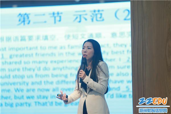 王丽蕴老师进行《初三英语学习及应考策略》主题讲座