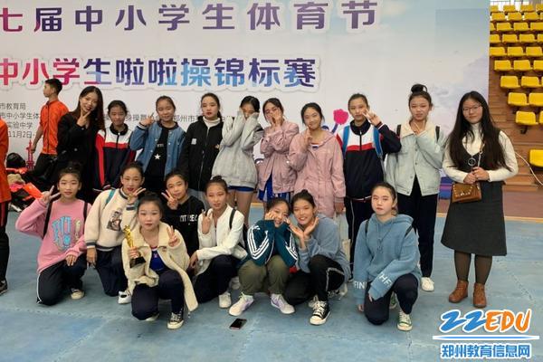 啦啦队锦标赛场上,郑州52中初上阵、展锋芒
