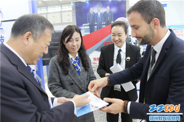 5李京辉校长与法国展团的IFT学员菲利普院长互换校徽