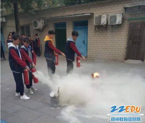 学生灭火演练