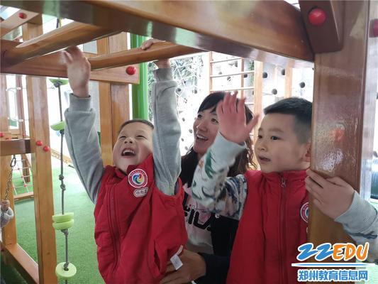 2、国培教师们积极融入班级和孩子们一起进行活动