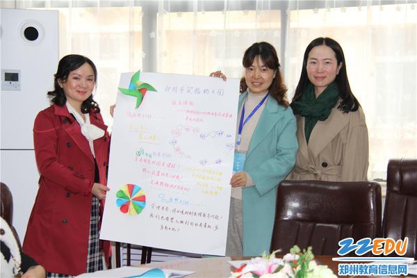 9、国培学员赠送礼物市实验幼儿园党总支书记张莉、副园长张雪代表幼儿园接收礼物
