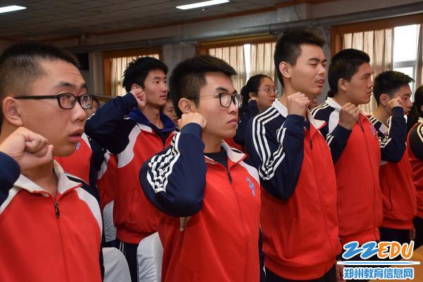 十八岁学生面向国旗庄严宣誓