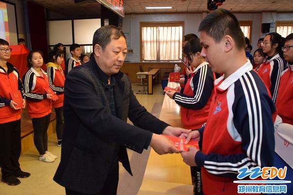 党总支书记张云敬为十八岁学生颁发宪法