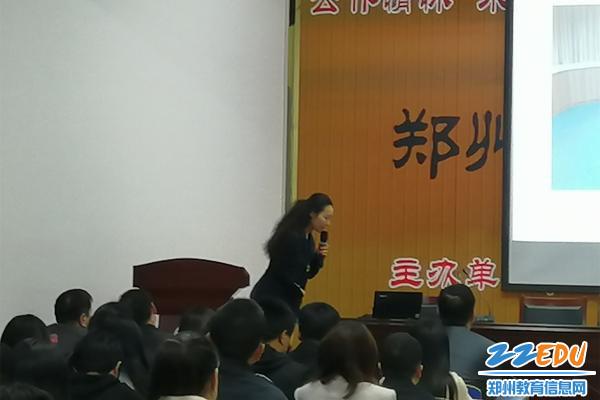 张思家老师为老师们讲解鞠躬的动作细节