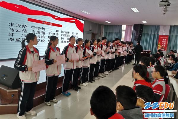 政教副主任周浩像初三优秀学生颁发奖状