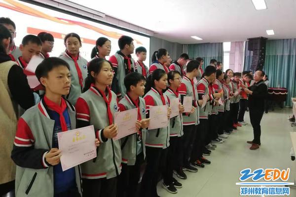 吴长忠老师为优秀学生颁发证书