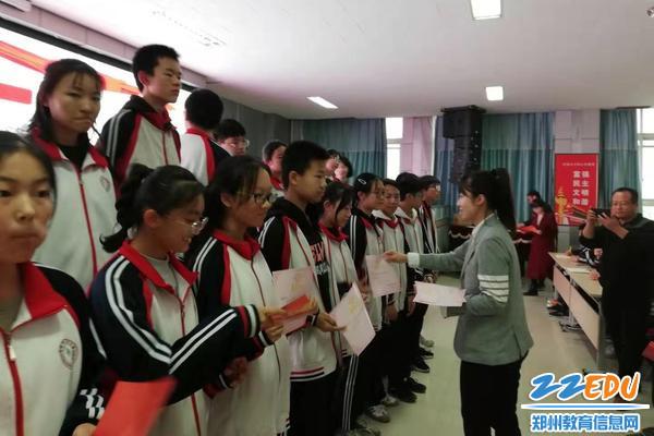王丹妮老师向收获优异成绩的学生颁发奖状