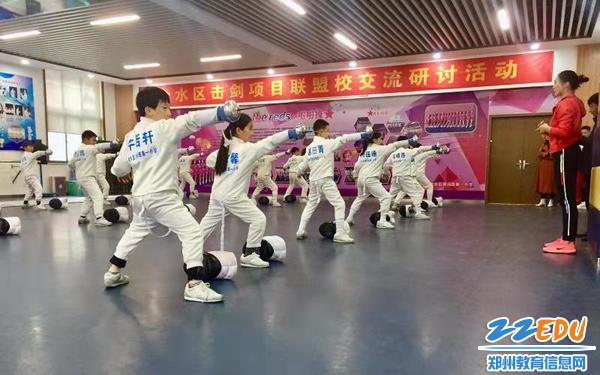 击剑社团整齐的步伐练习