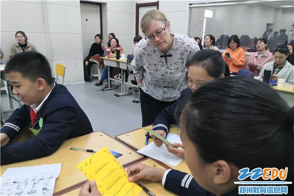 2.培训师Rosie深入了解学生课堂学习情况