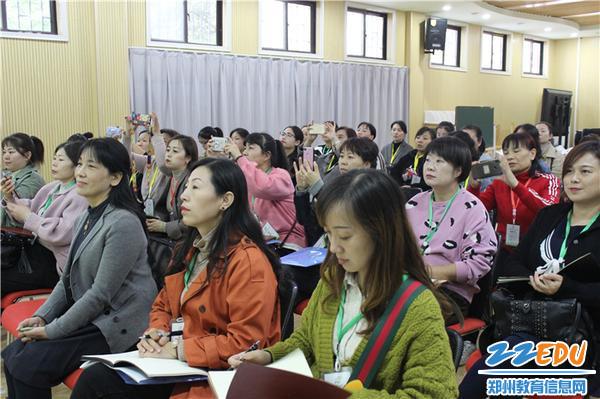 4.观摩老师认真聆听,潜心学习