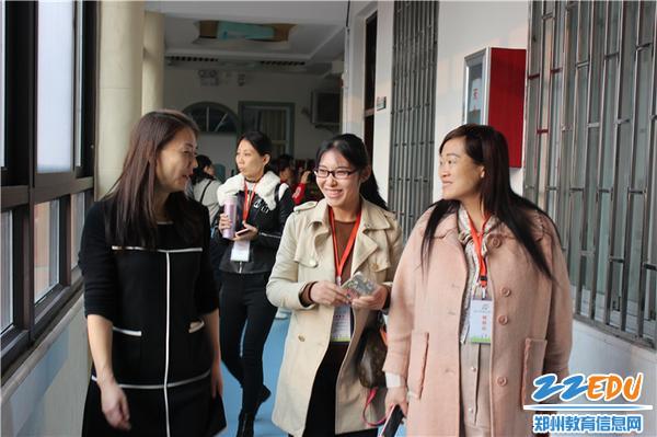 5.中原名师王向青带领观摩老师参观幼儿园室内环境