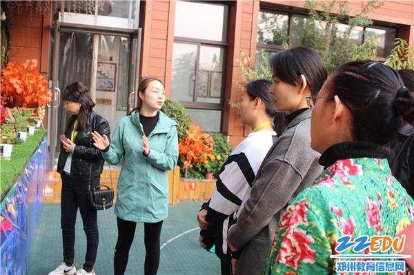 6.观摩老师参观幼儿园户外环境