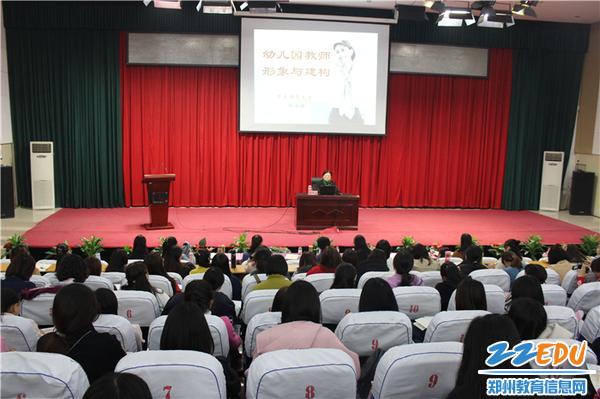 8.会场座无虚席,老师们认真倾听并做好记录