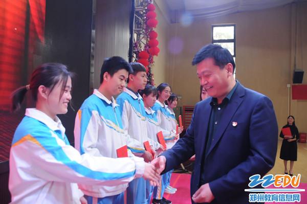 9 闫培新校长为学生代表颁发宪法 1