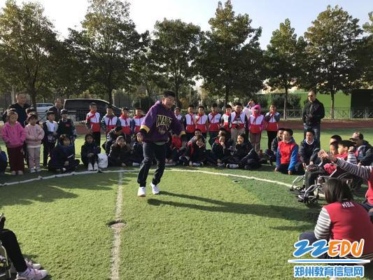 郑州八中张文彬同学为孩子们表演节目