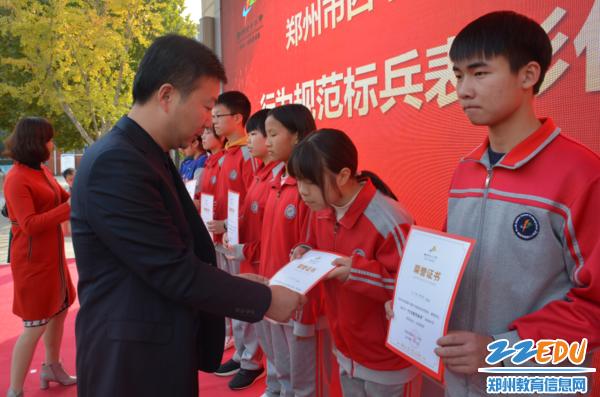 副校长黄涛、工会主席孙捷为受表彰学生颁发奖状