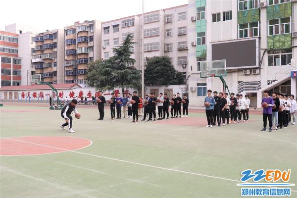 李晓峰老师进行篮球运球示范