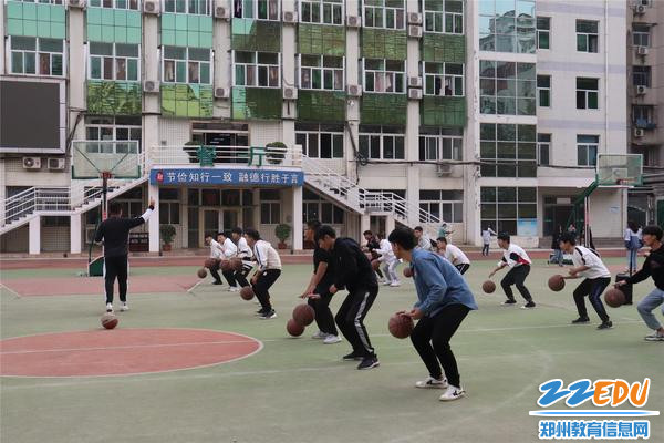 学生进行运球练习