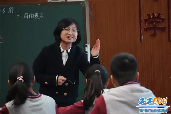 郑州市扶轮外国语学校李林栋正在授课